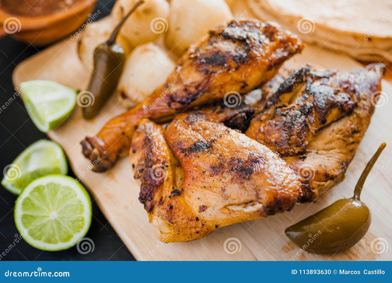 Pollo arrostito, tortiglii ed alimento messicano delle cipolle a Messico City