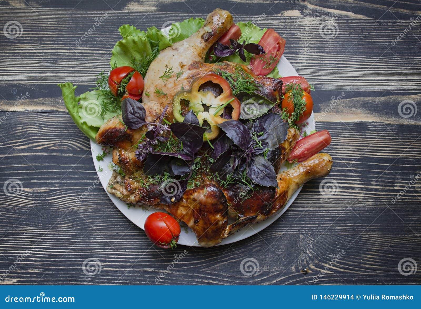 Pollo arrosto fritto arrostito Tabaka in padella su fondo di legno