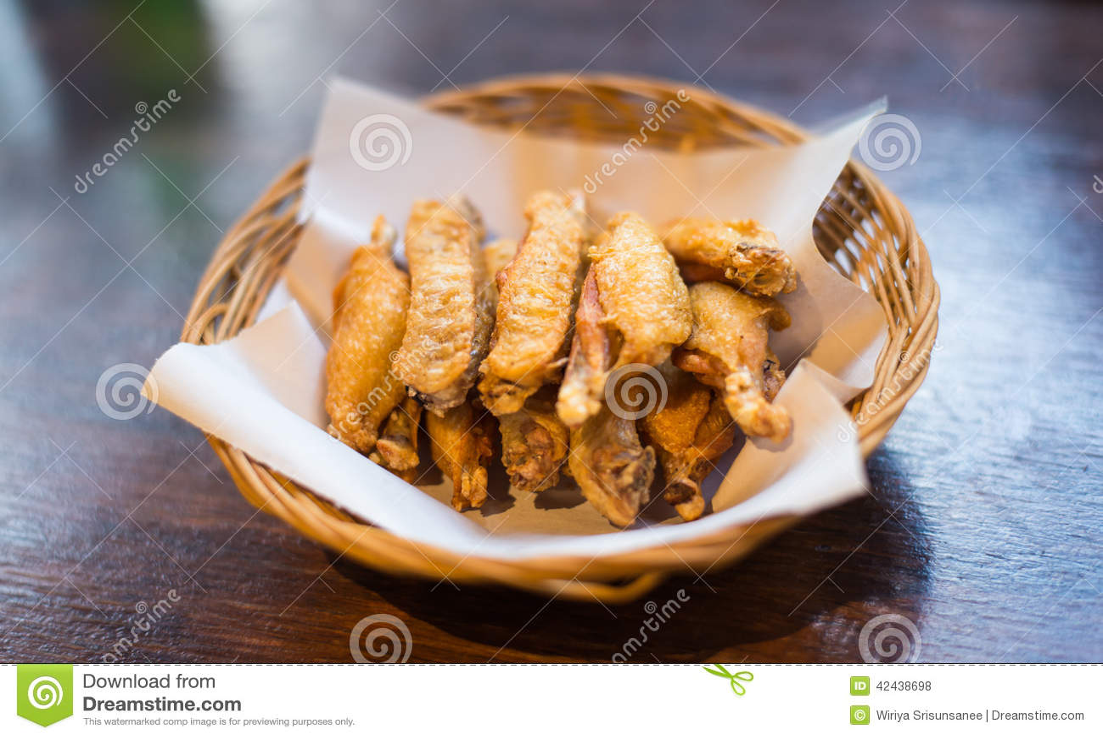 Pollo asado a la parrilla en una cesta