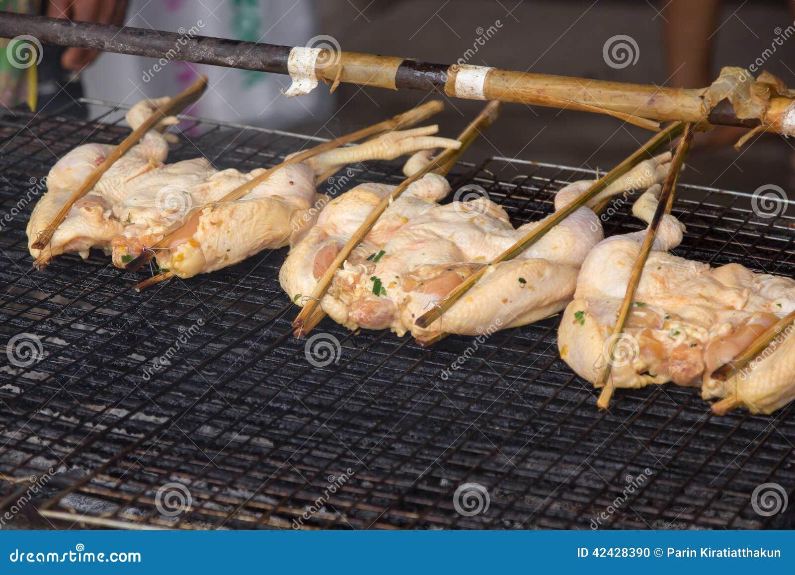 Pollo asado a la parrilla en una parrilla
