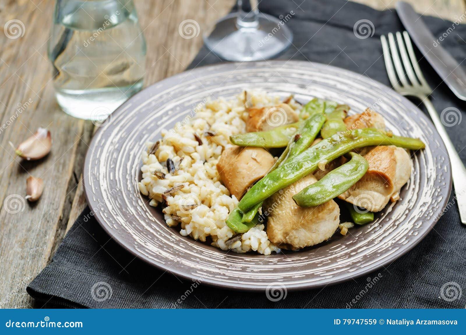 Pollo balsámico con las habas verdes y el arroz moreno
