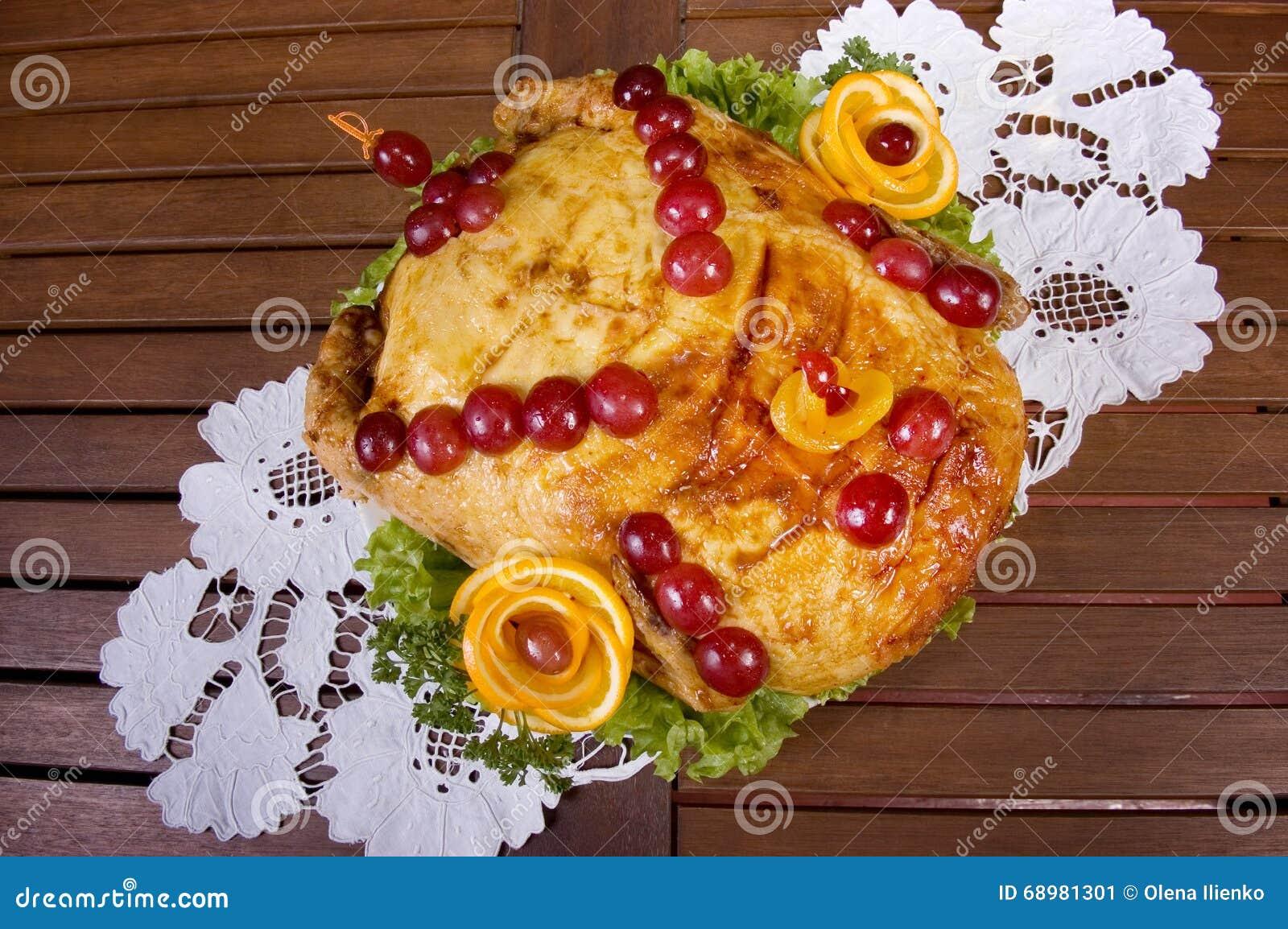 Pollo cocido adornado con las bayas