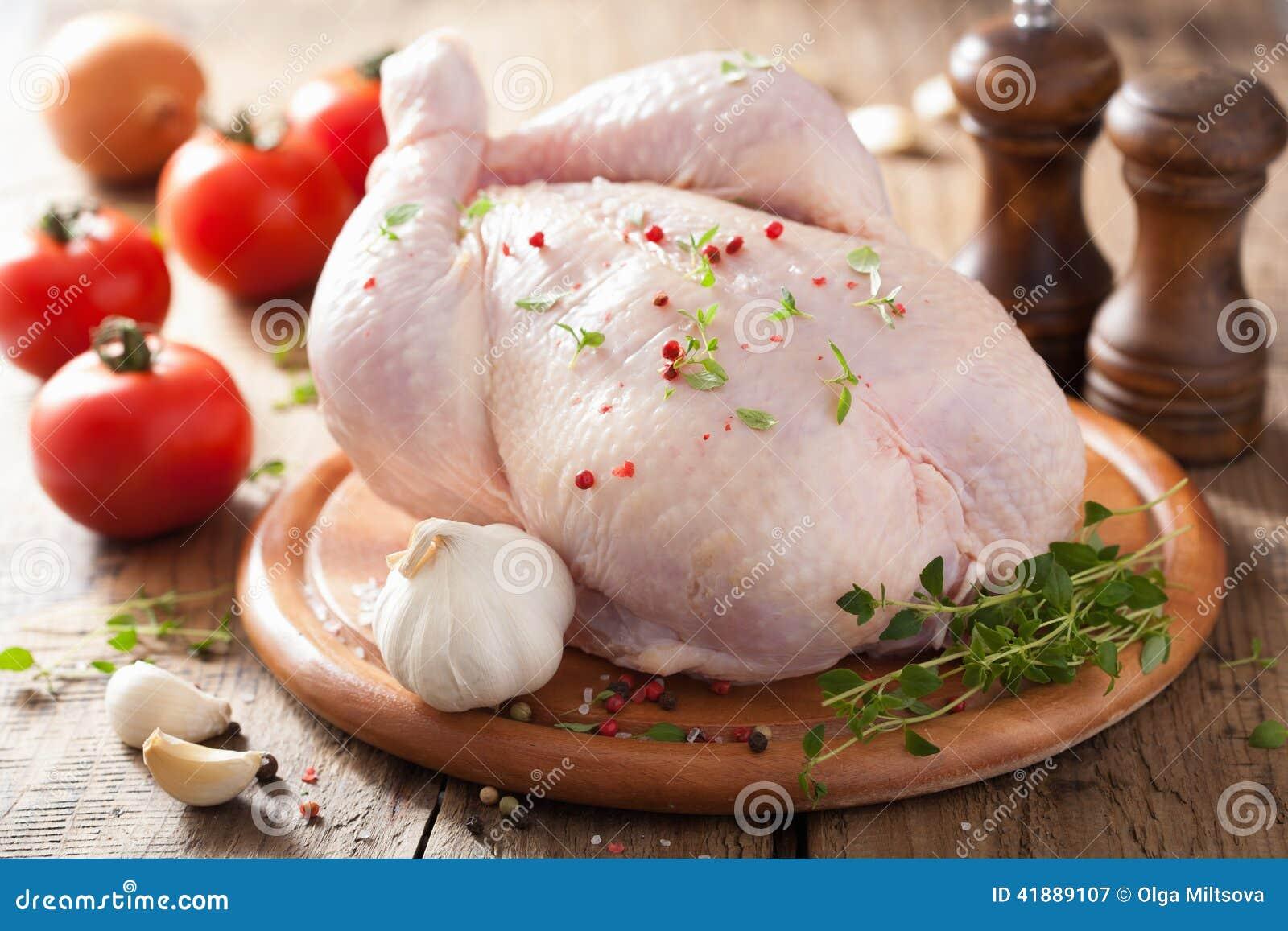 Pollo Crudo Entero Con Pimienta Y Tomillo Color De Rosa Imagen de ...