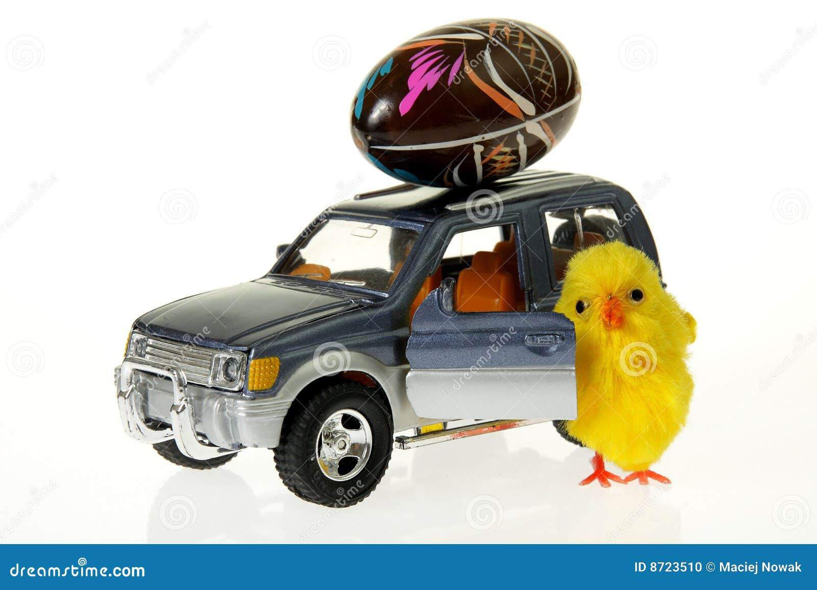 Pollo en el coche con el huevo de pascua en la azotea foto for Coche huevo