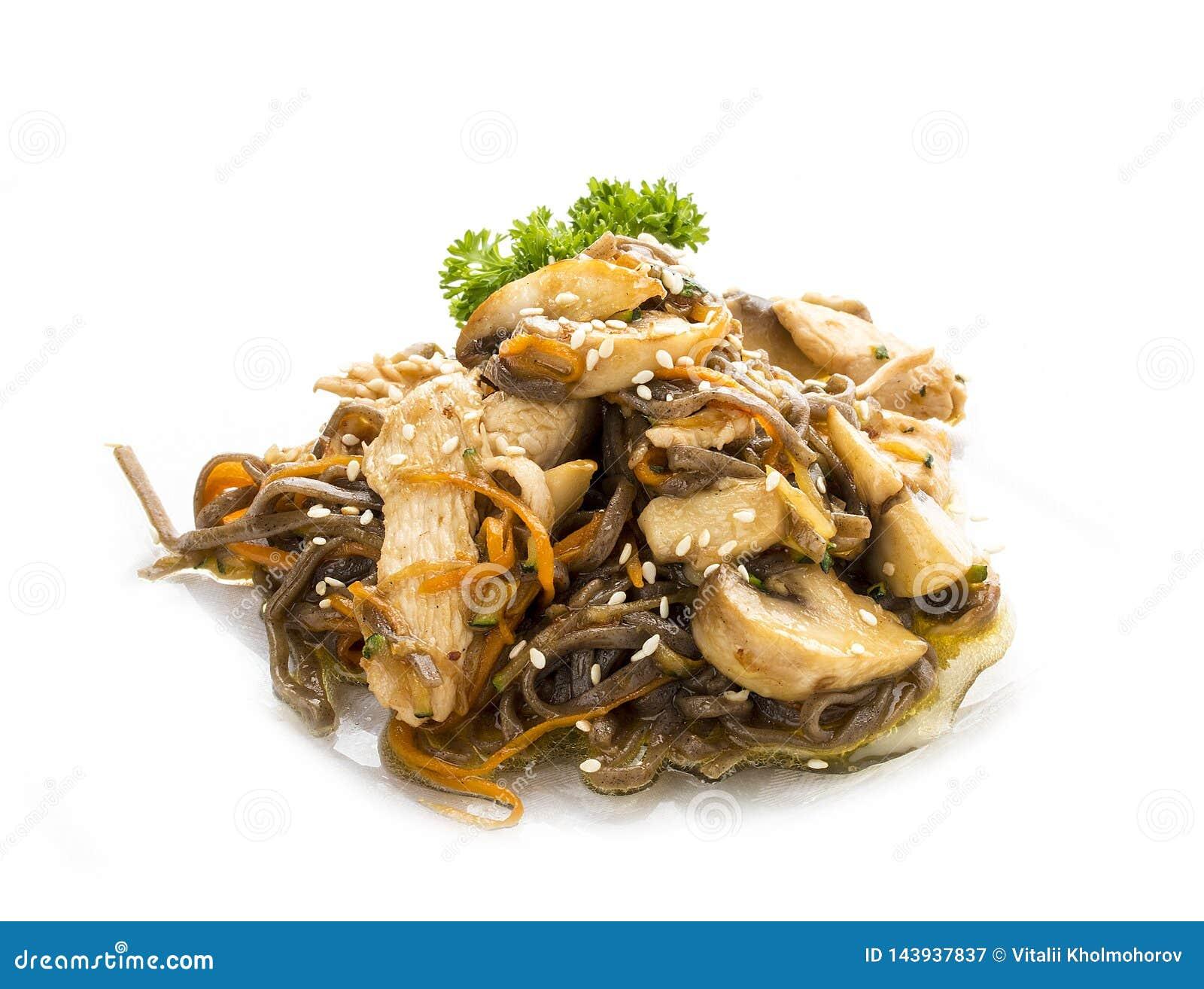 Pollo en salsa del teriyaki con los tallarines, las setas y las zanahorias del alforfón
