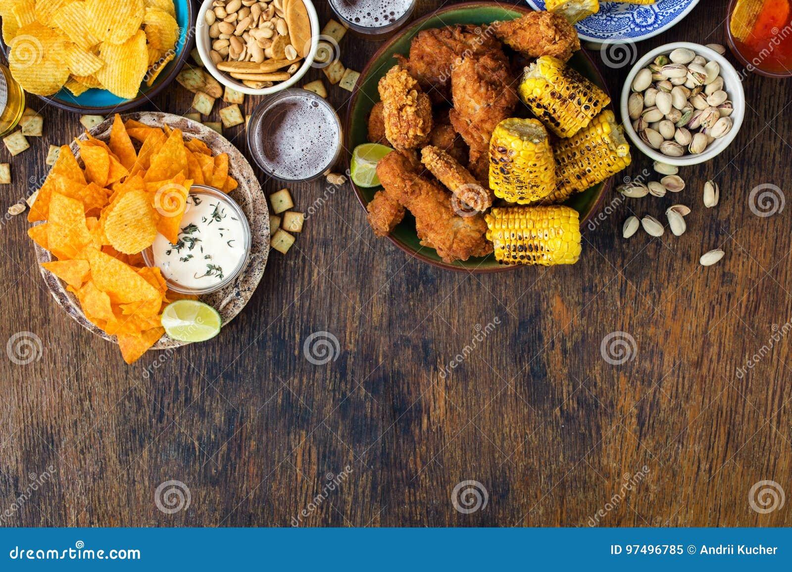 Pollo fritto, birra, salse, patatine fritte, nacho, arachidi, pist