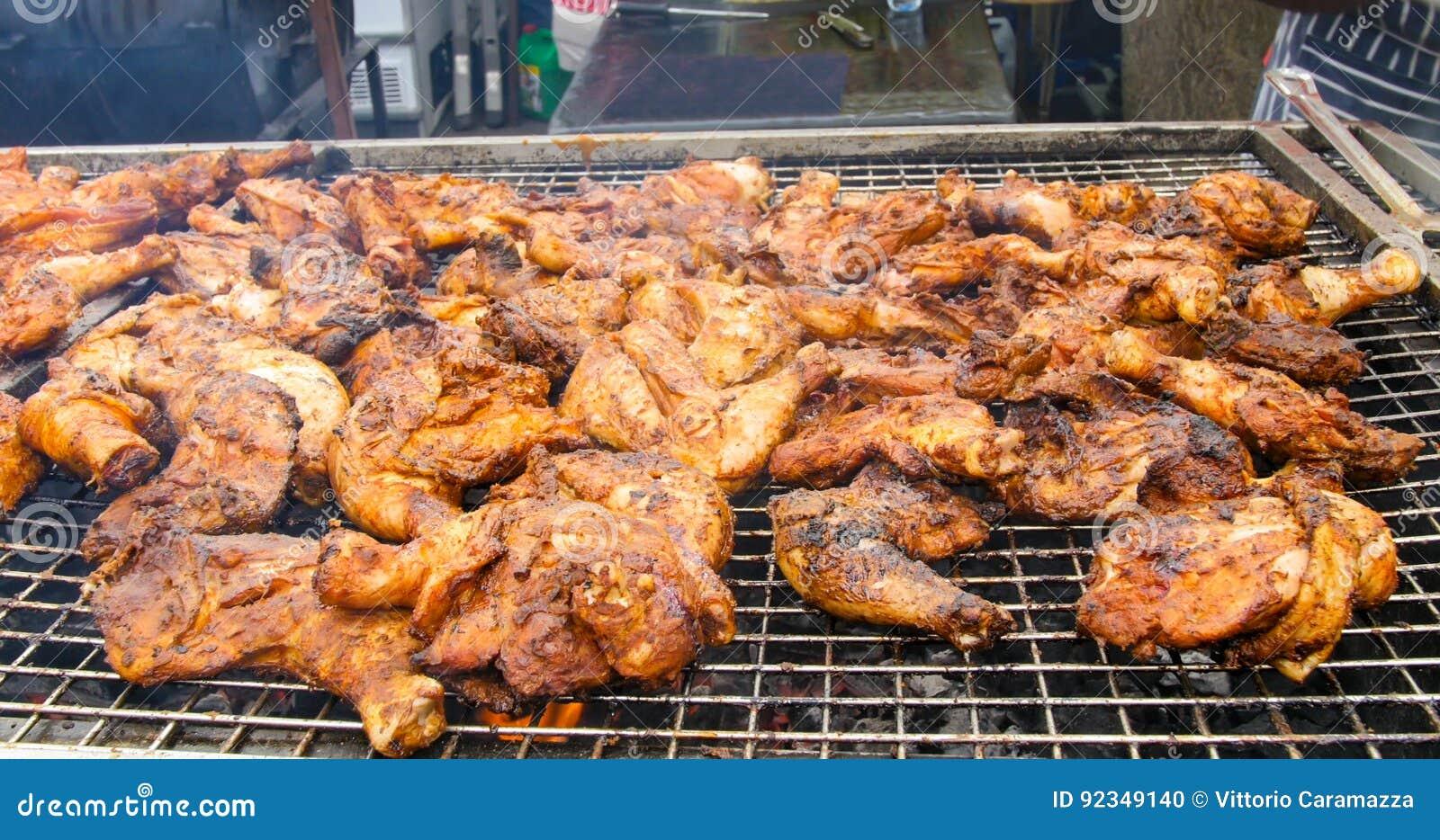 Pollo giamaicano di scatto sulla griglia del carbone