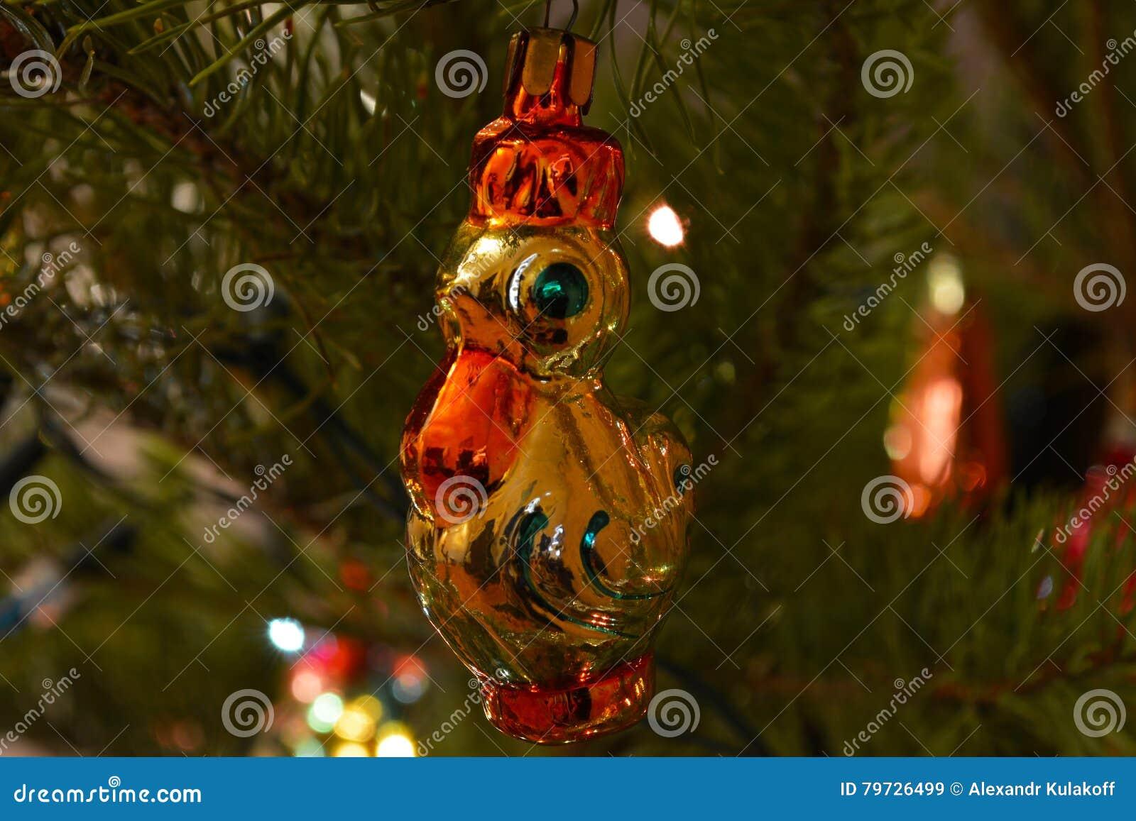 Pollo - juguete de la Navidad en el árbol de navidad