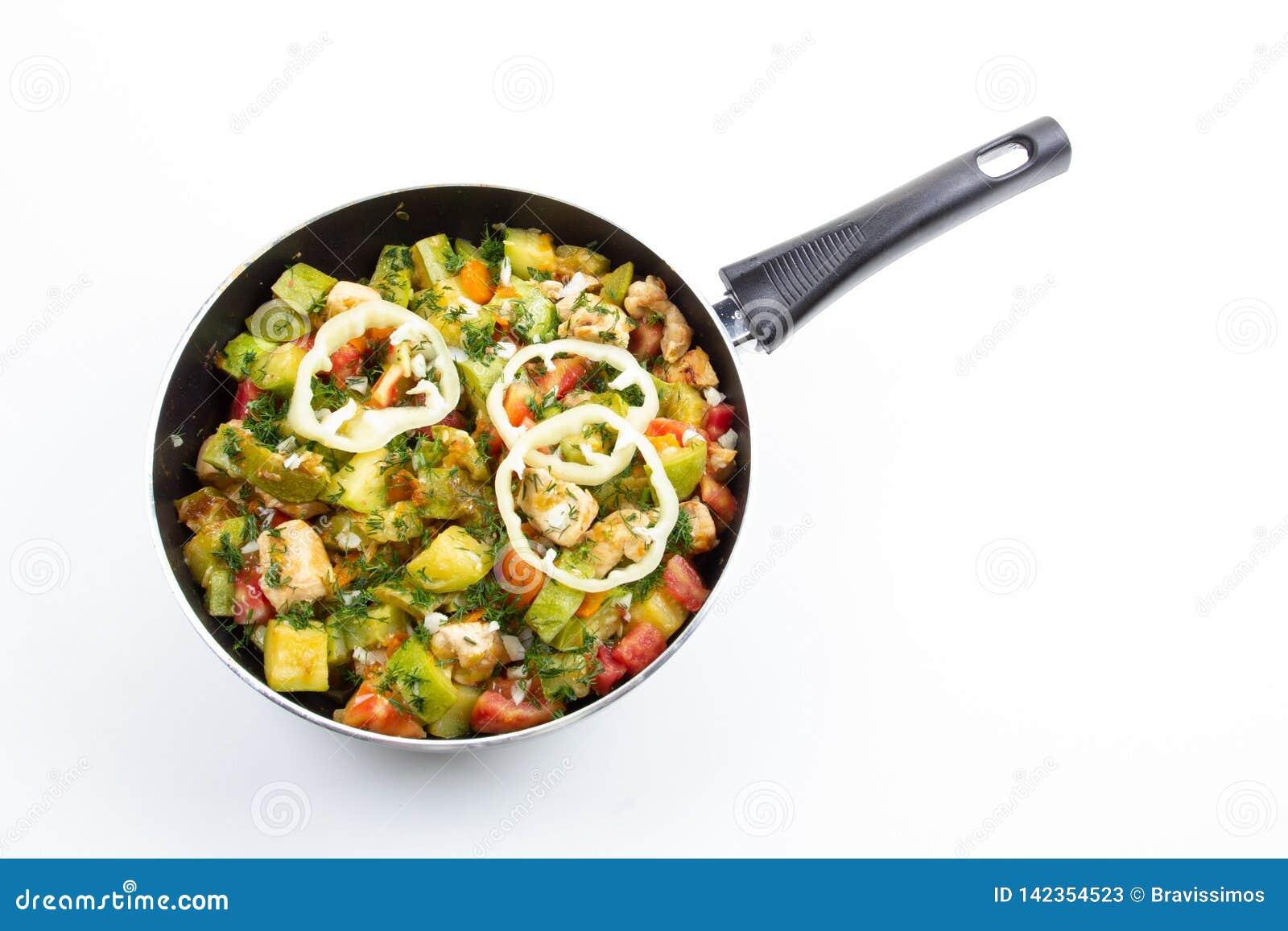 Pollo zanahoria y calabacín en la comida vegetal de la cacerola, cocina