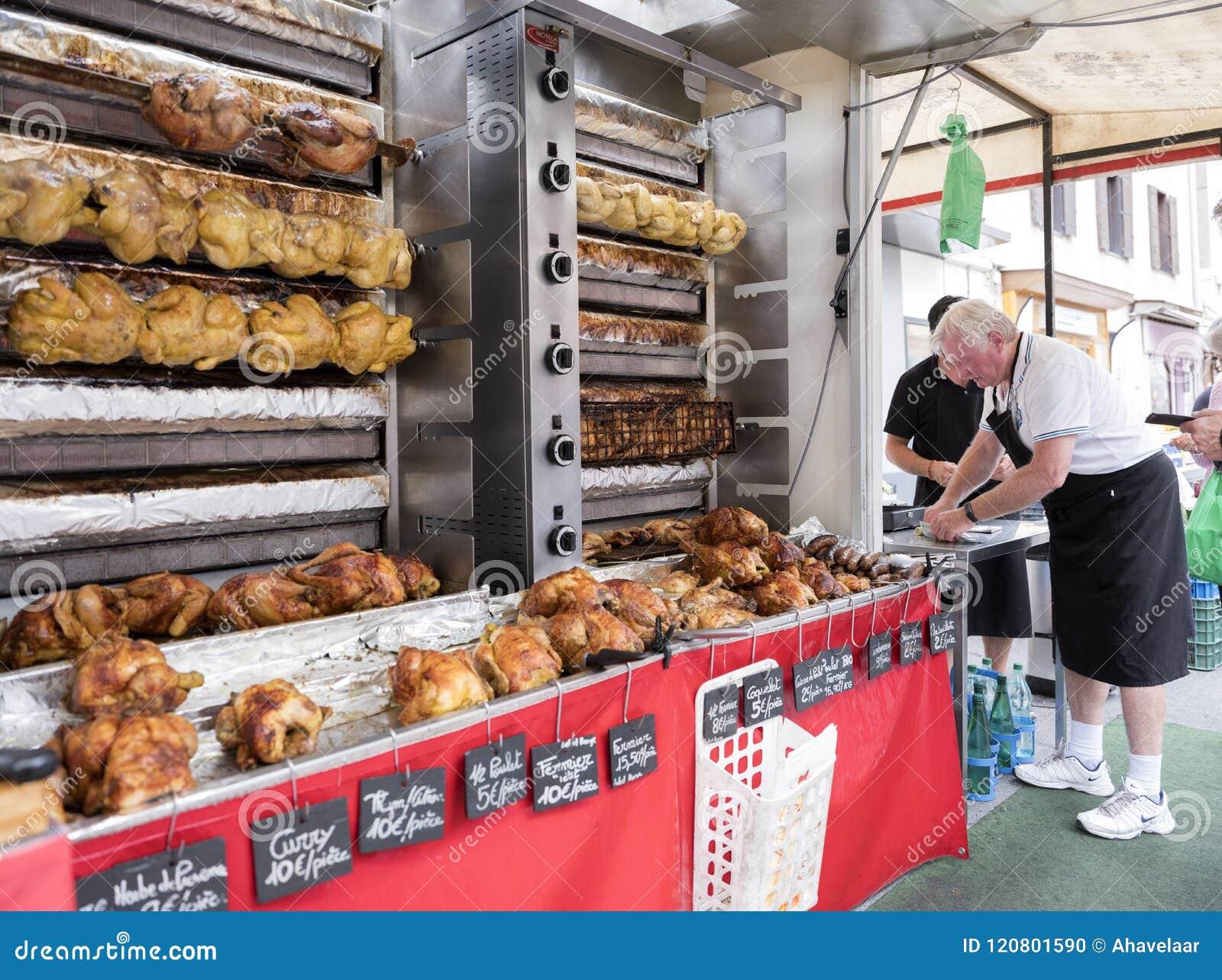Pollos enteros en la parrilla para la venta en mercado en la ciudad francesa de Besanzón