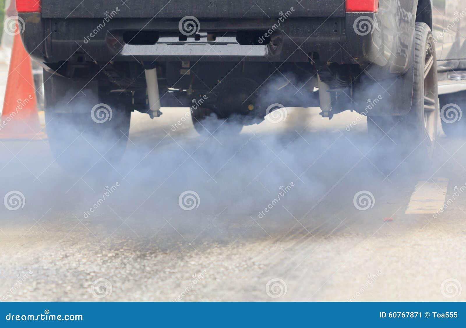 Pollution atmosphérique de véhicule sur la route