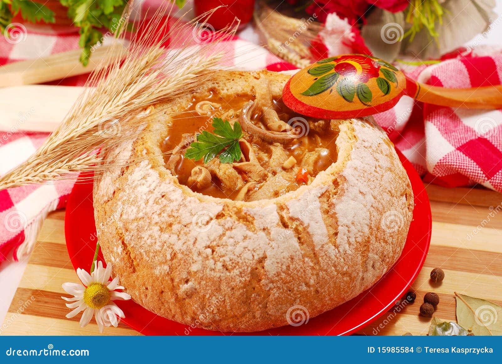Polnische Kaldaunensuppe (flaki) In Der Brotschüssel Stockfoto ...