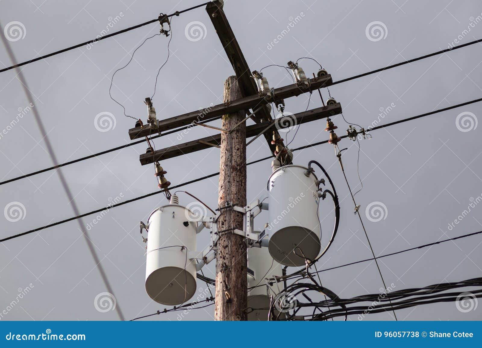 Polonais de service et matériel électrique contre le ciel nuageux