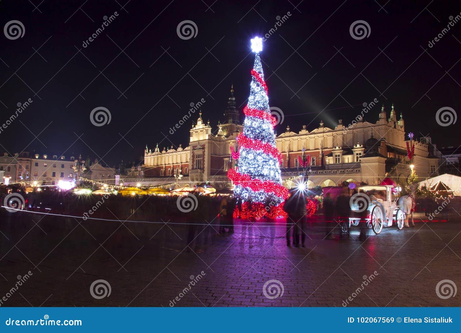 Polonia, Kraków, plaza del mercado principal y paño Pasillo en invierno, durante las ferias de la Navidad adornadas con el árbol