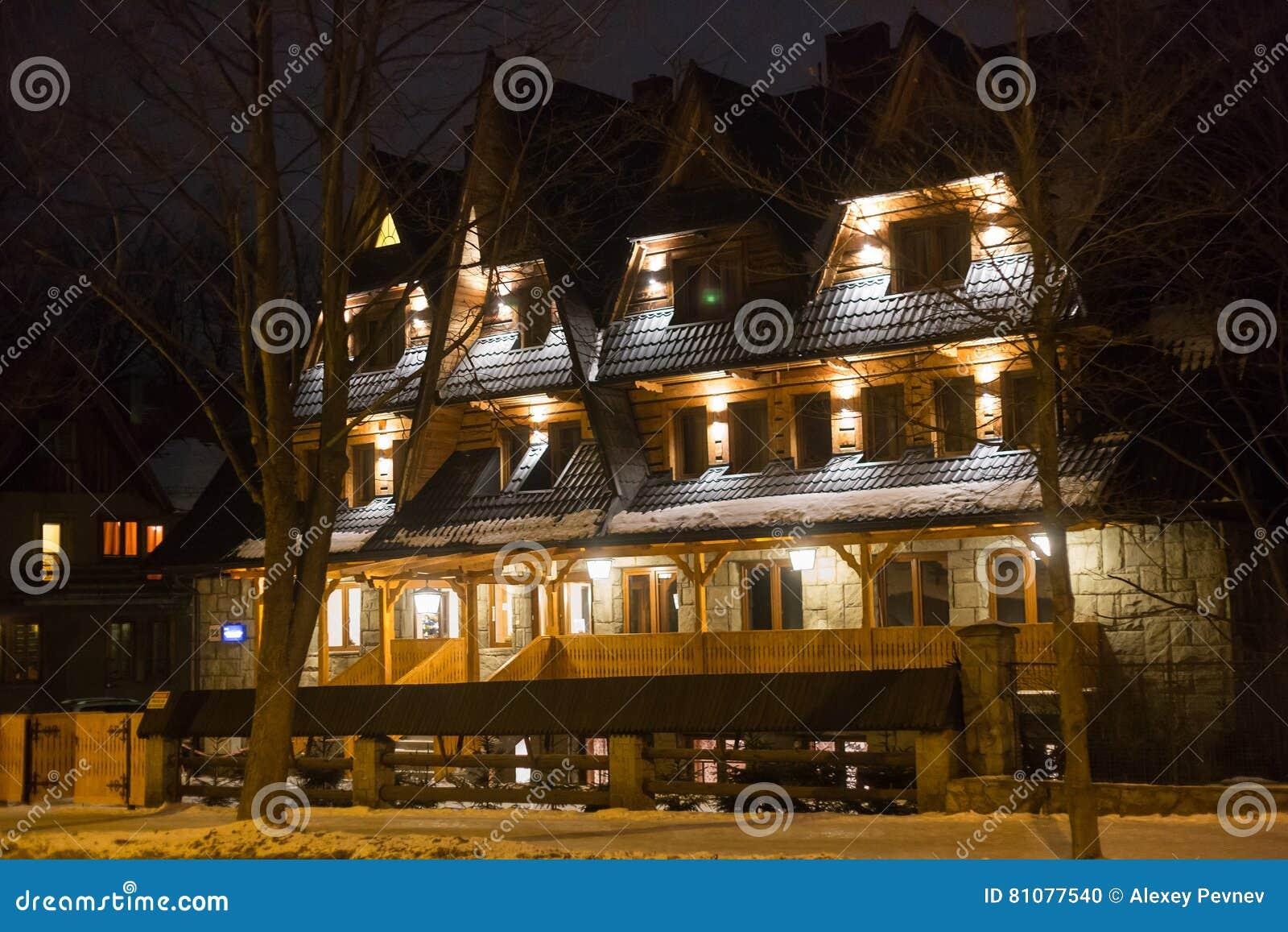 POLONIA, ZAKOPANE - 3 DE ENERO DE 2015: Casa de madera tradicional de la cabaña en Zakopane