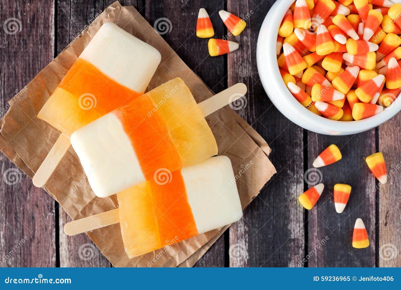 Polos de las pastillas de caramelo de Halloween en fondo de madera rústico