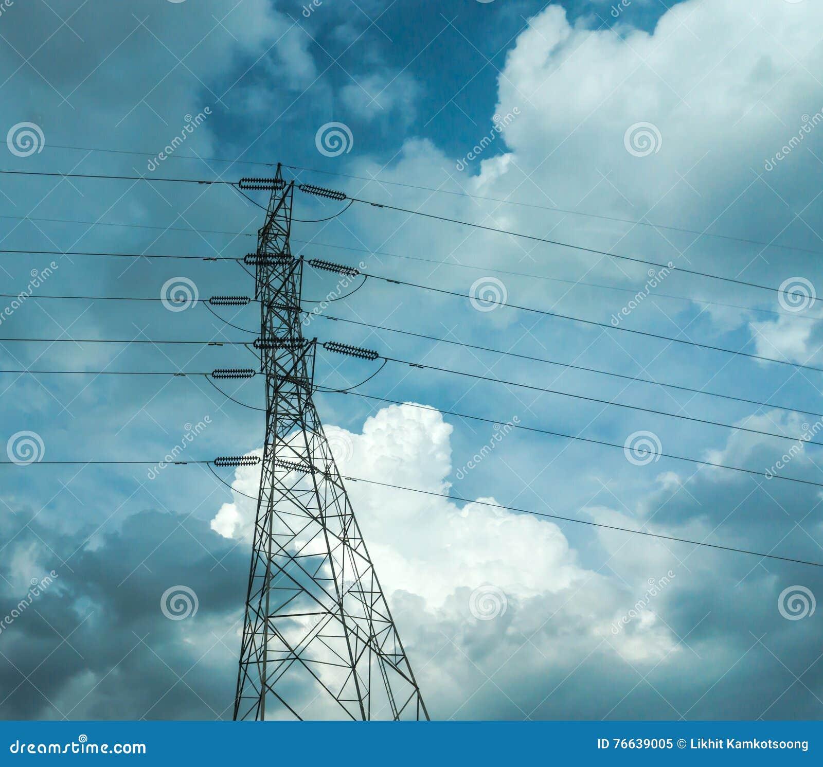 Polos eléctricos del alto voltaje en la nube blanca y el cielo azul/líneas eléctricas y alambres eléctricos del polo con el cielo