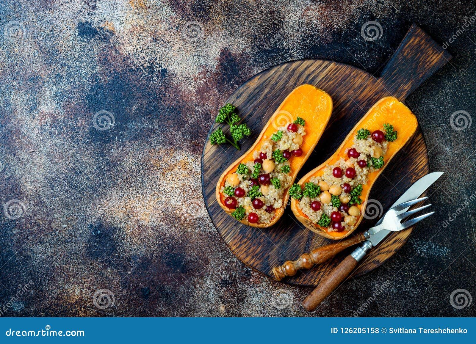 A polpa de butternut enchida com grãos-de-bico, arandos, quinoa cozinhou na noz-moscada, cravos-da-índia, canela Receita do janta