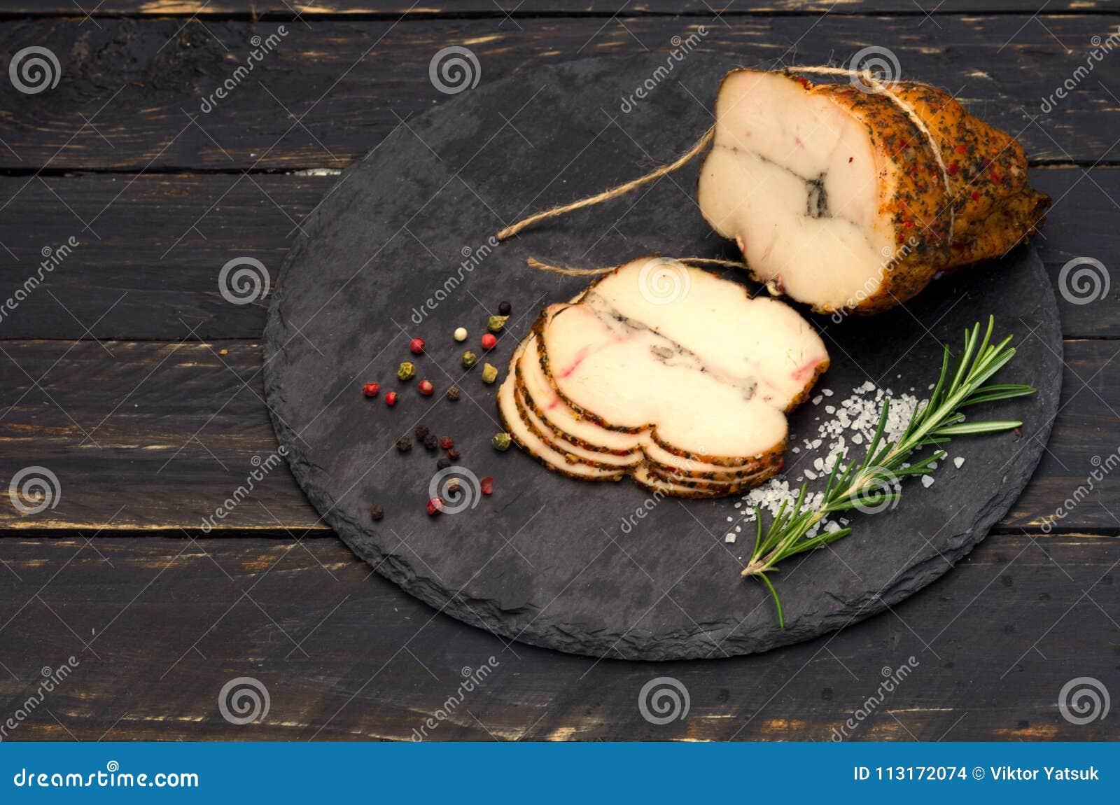 Piatti Cucina In Ardesia : Polpettone affettato su un bordo dell ardesia piatto sulla tavola