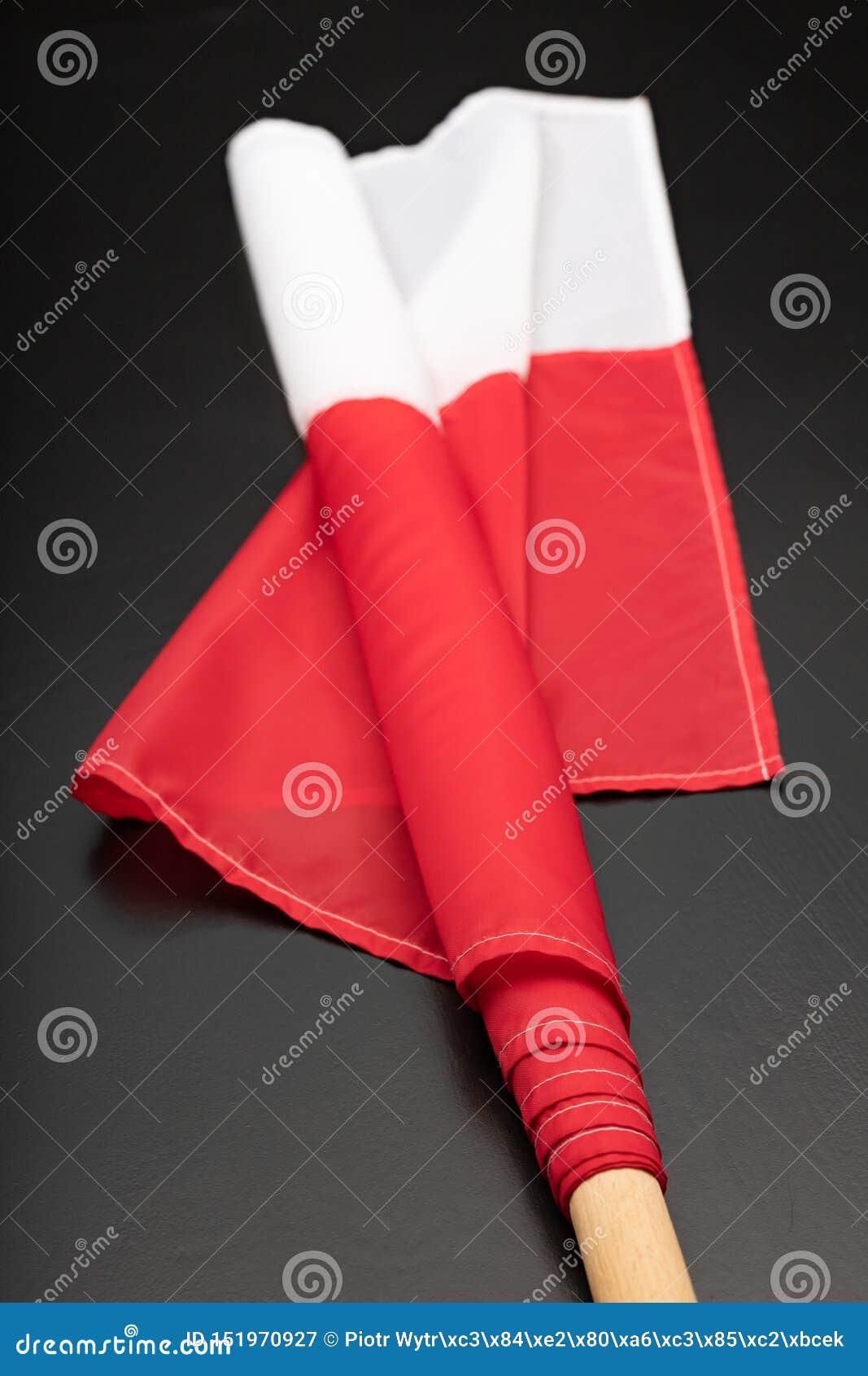 Polska flaga na ciemnym stole Flaga dołączająca drewniany dźwigar