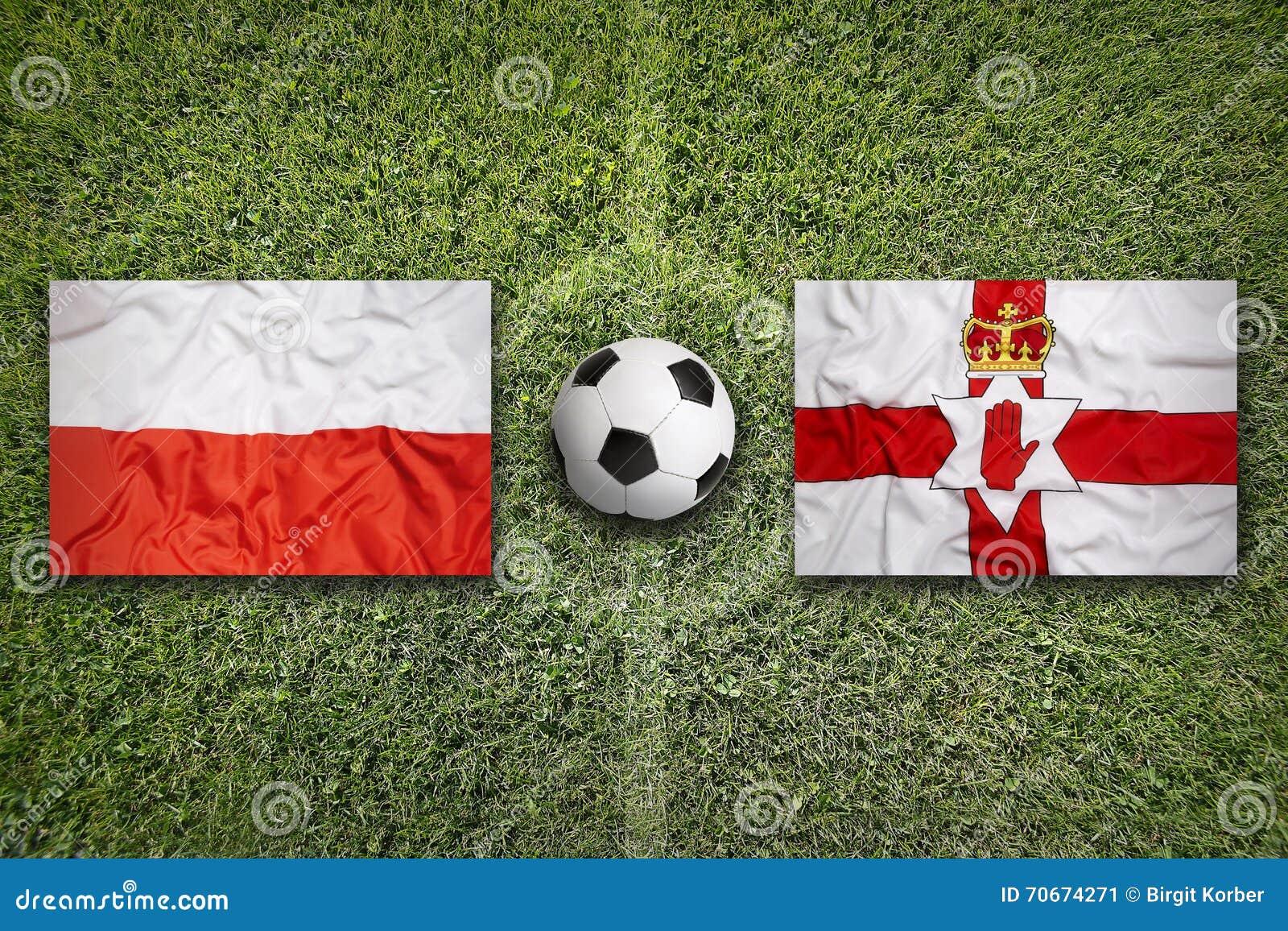 Polska vs Północny - Ireland flaga na boisko do piłki nożnej