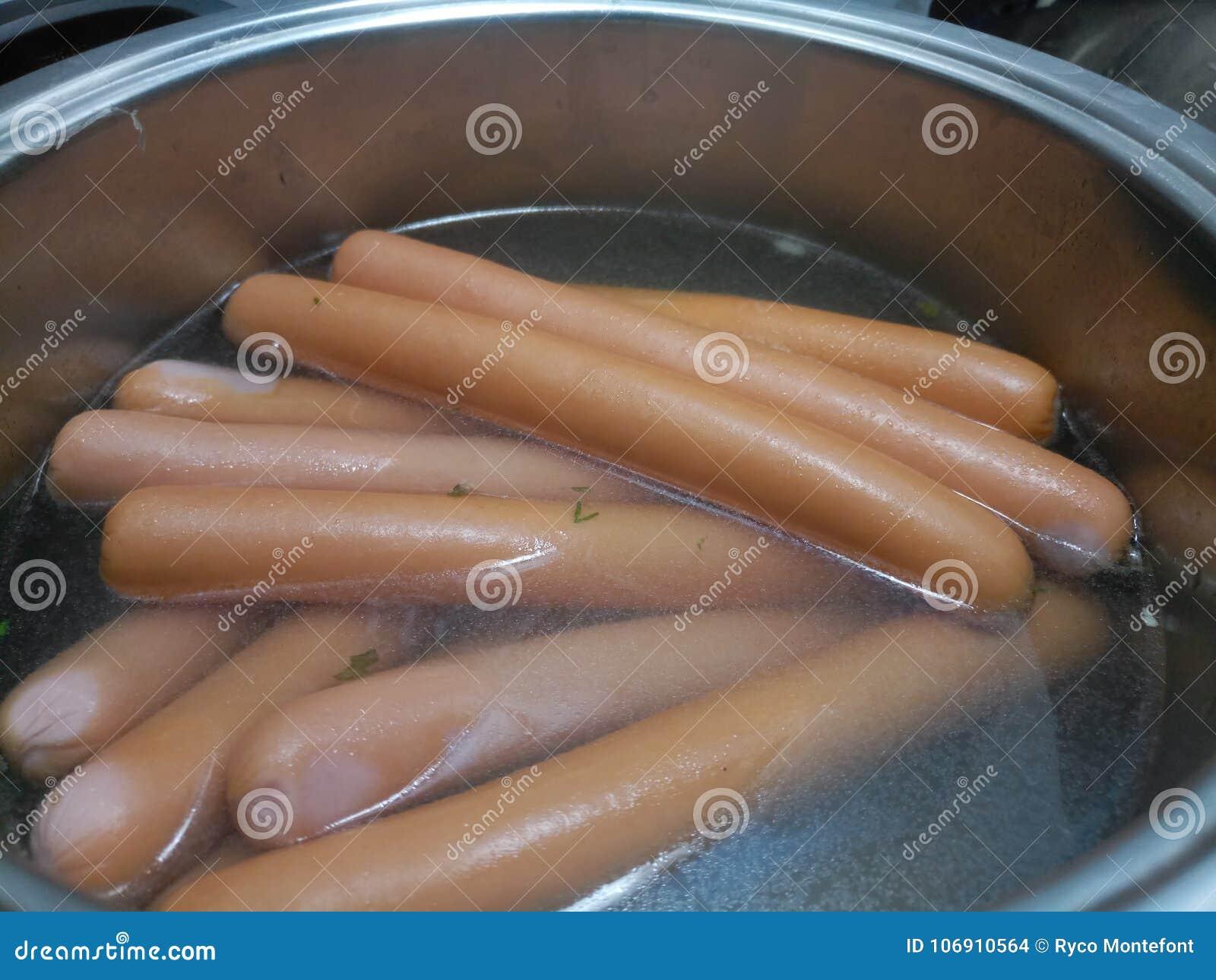 Polskie frankfurter kiełbasy w gorącej wodzie