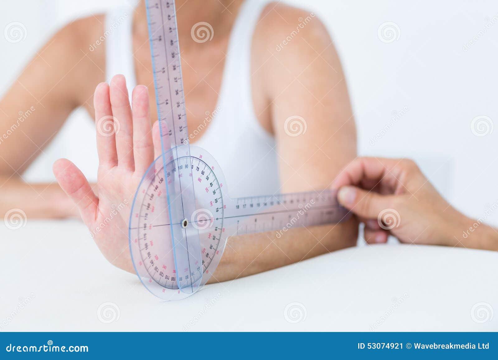 Polso di misurazione di medico con il goniometro