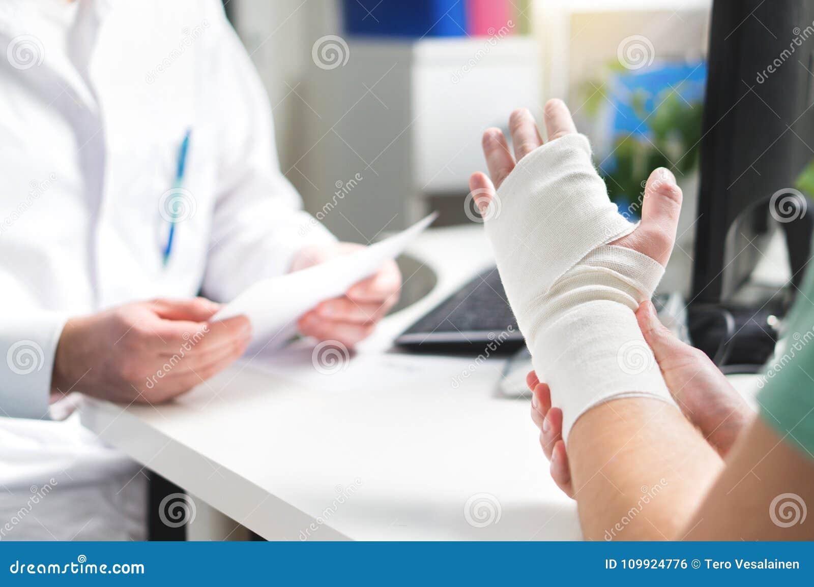 Polso e braccio tagliati medico di mostra pazienti danneggiati con la fasciatura