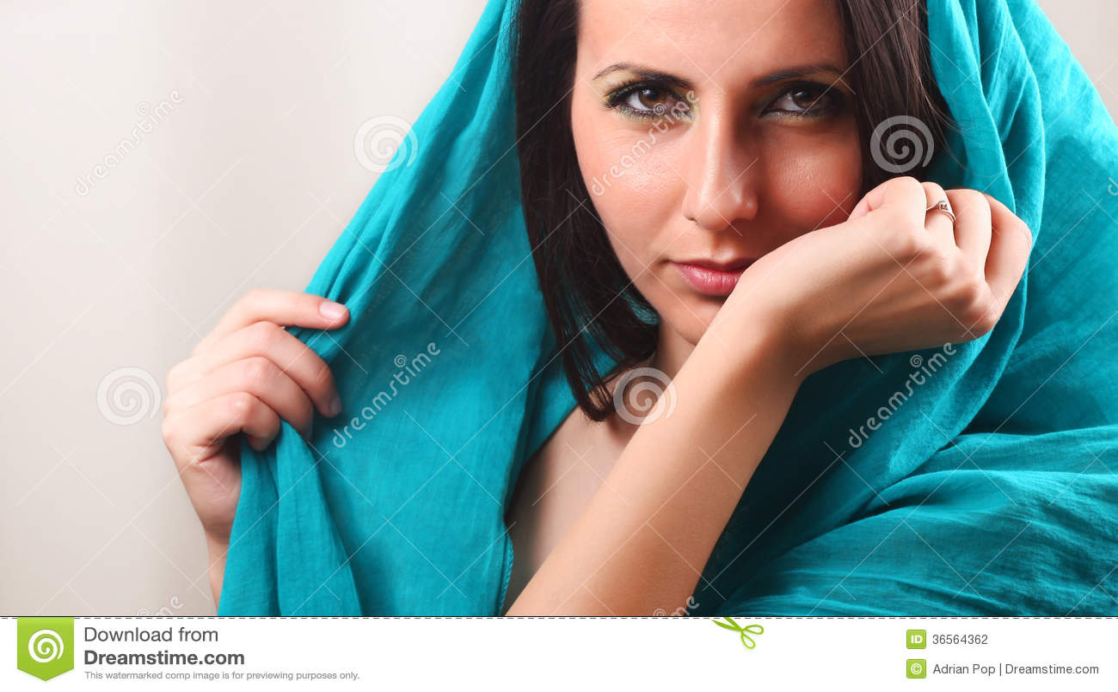 Polso odorante del braccio della donna