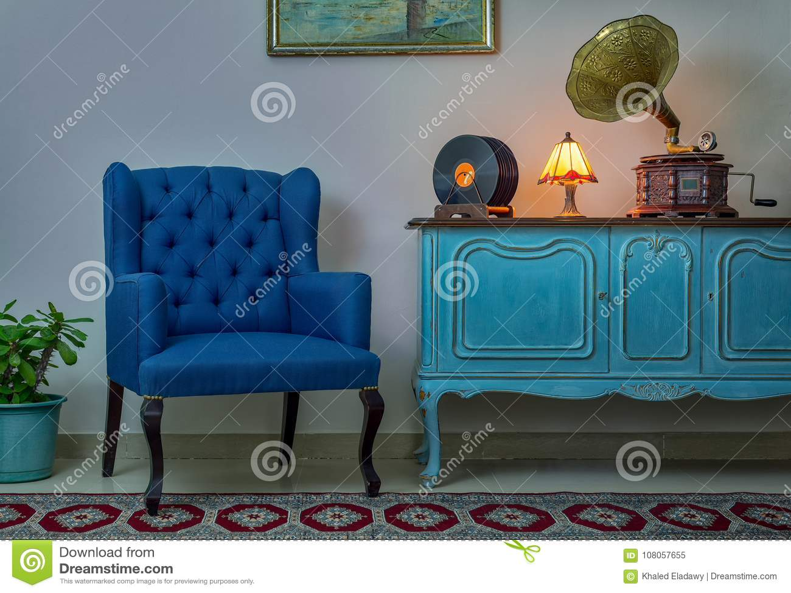 Credenza Da Parete : Poltrona blu credenza chiaro di legno d annata lampada da