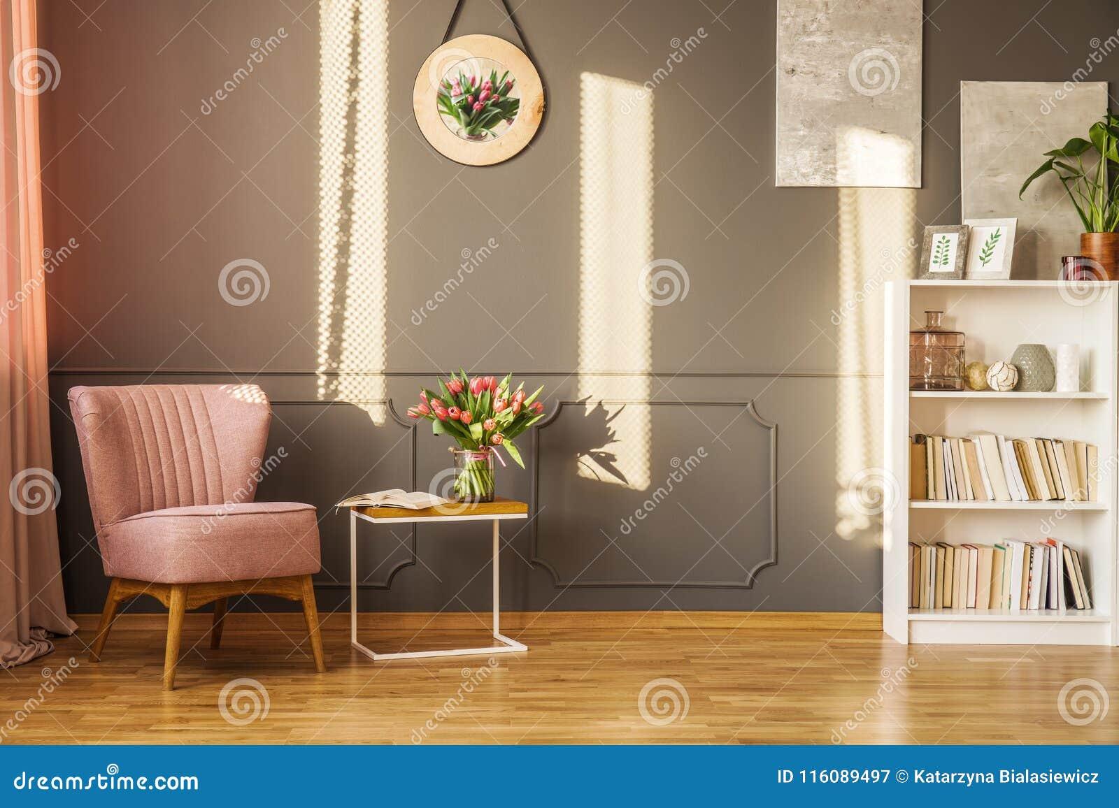 Poltrona cor-de-rosa na sala de visitas