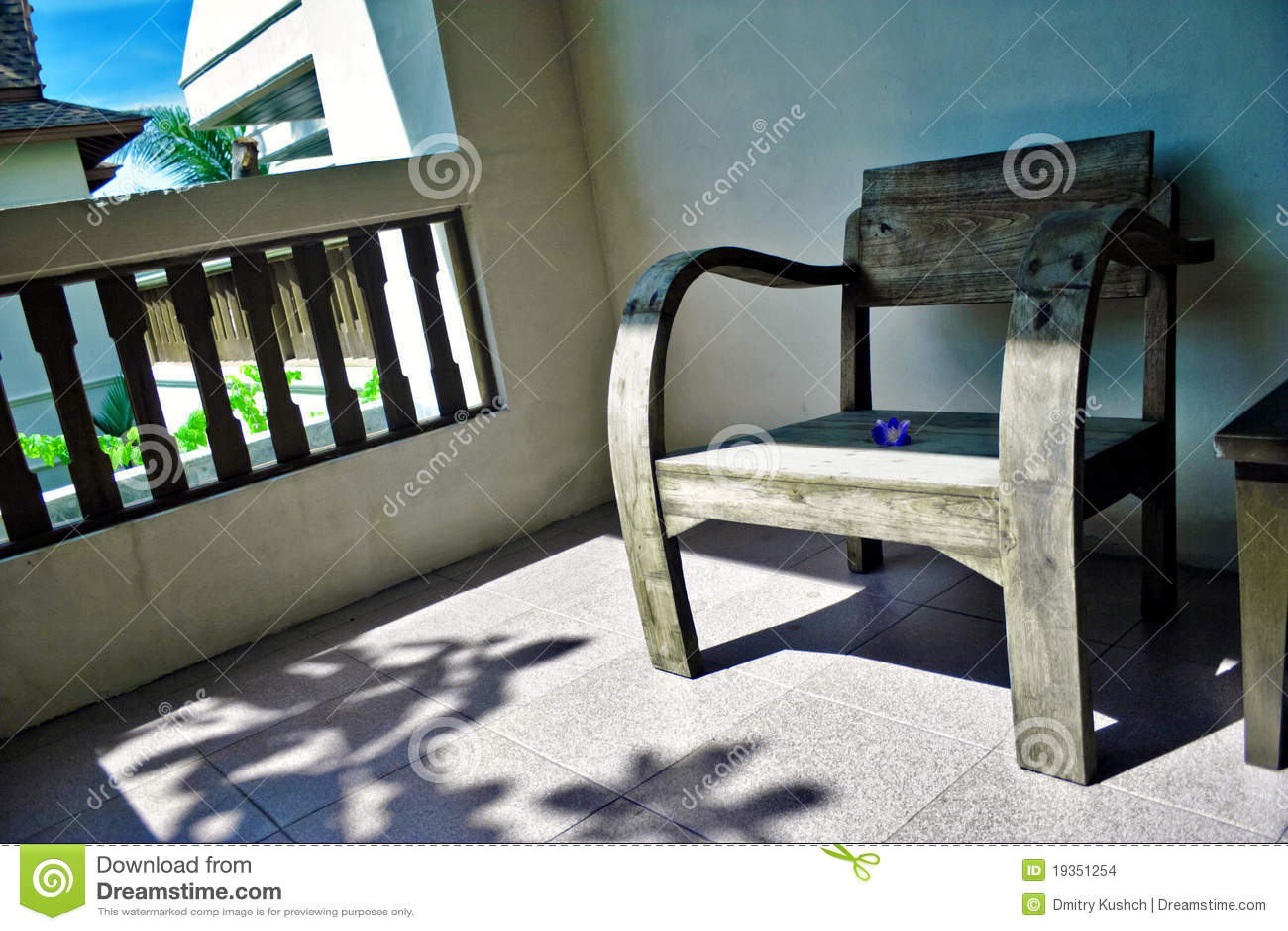Poltrona de madeira em um balcão