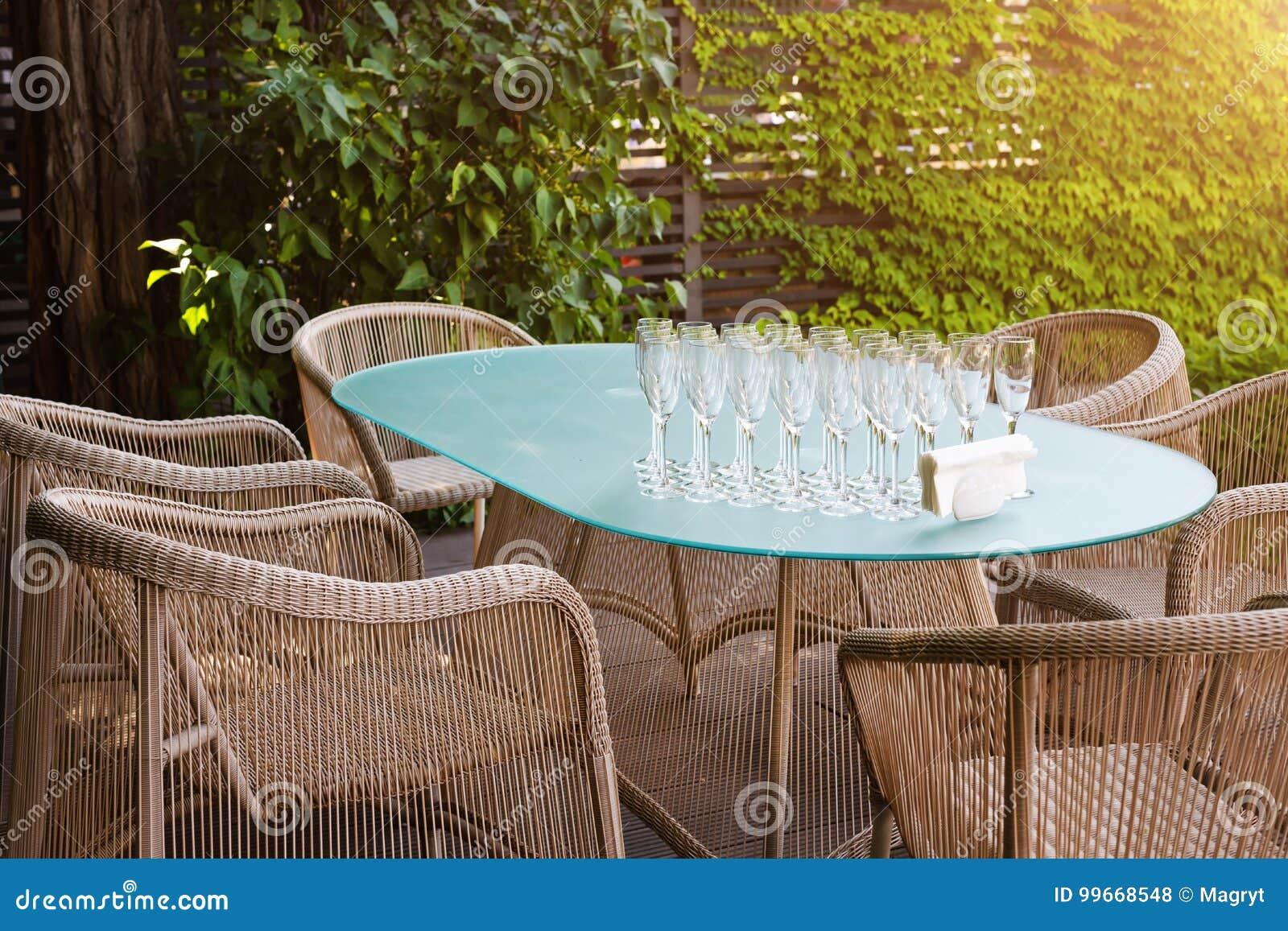Poltrone In Vimini Da Interno poltrone e tavola di vimini, mobili da giardino moderni lo