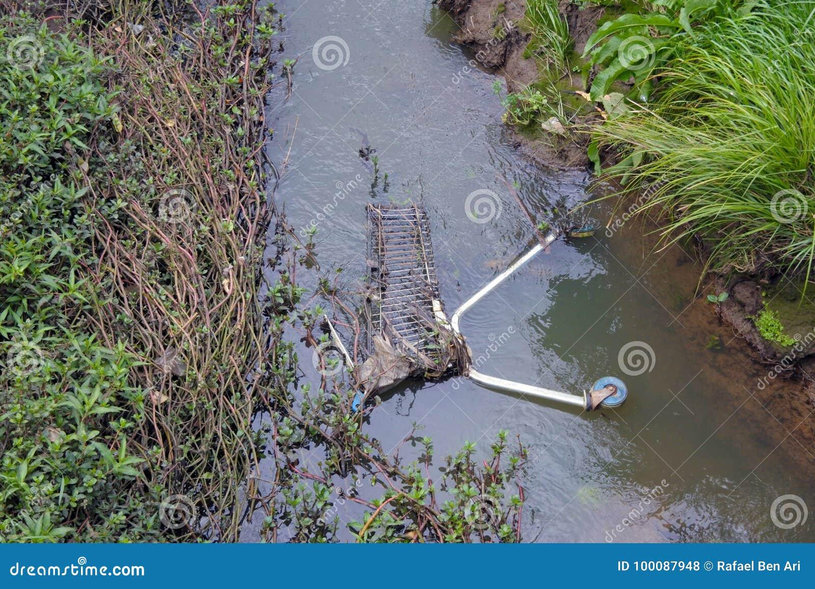 Poluição do córrego do rio e da água em Nova Zelândia