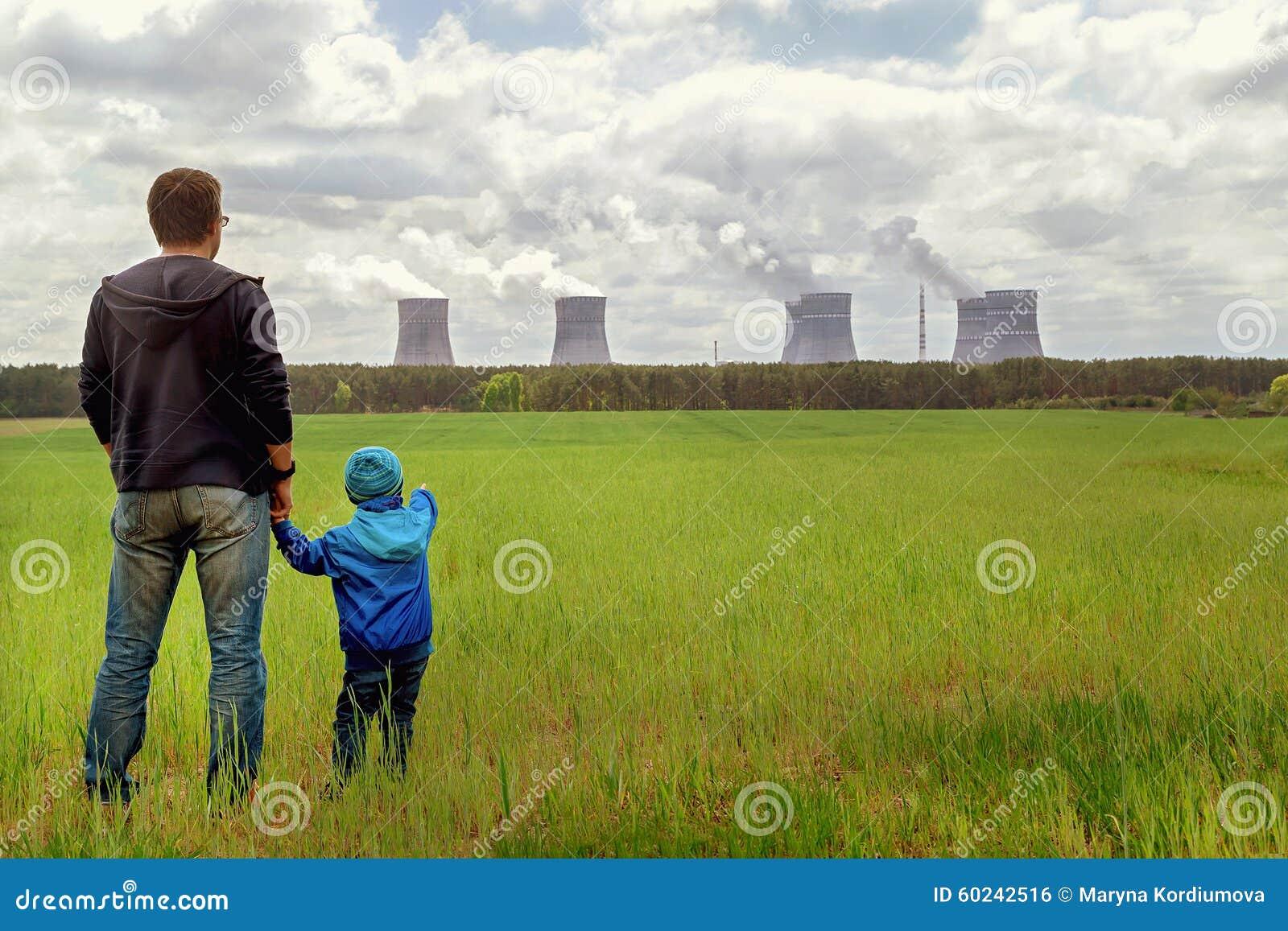 Poluição Problema ambiental Pai e filho que olham no emissões da planta