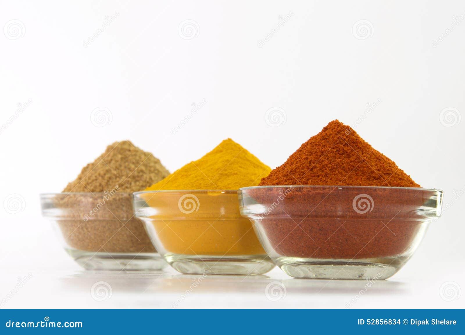 Polvere della polvere di peperoncini rossi, della polvere della curcuma & del coriandolo in ciotola