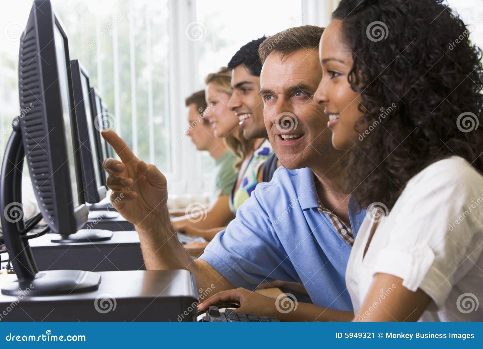 Pomóc kolegium komputerów nauczyciela ucznia