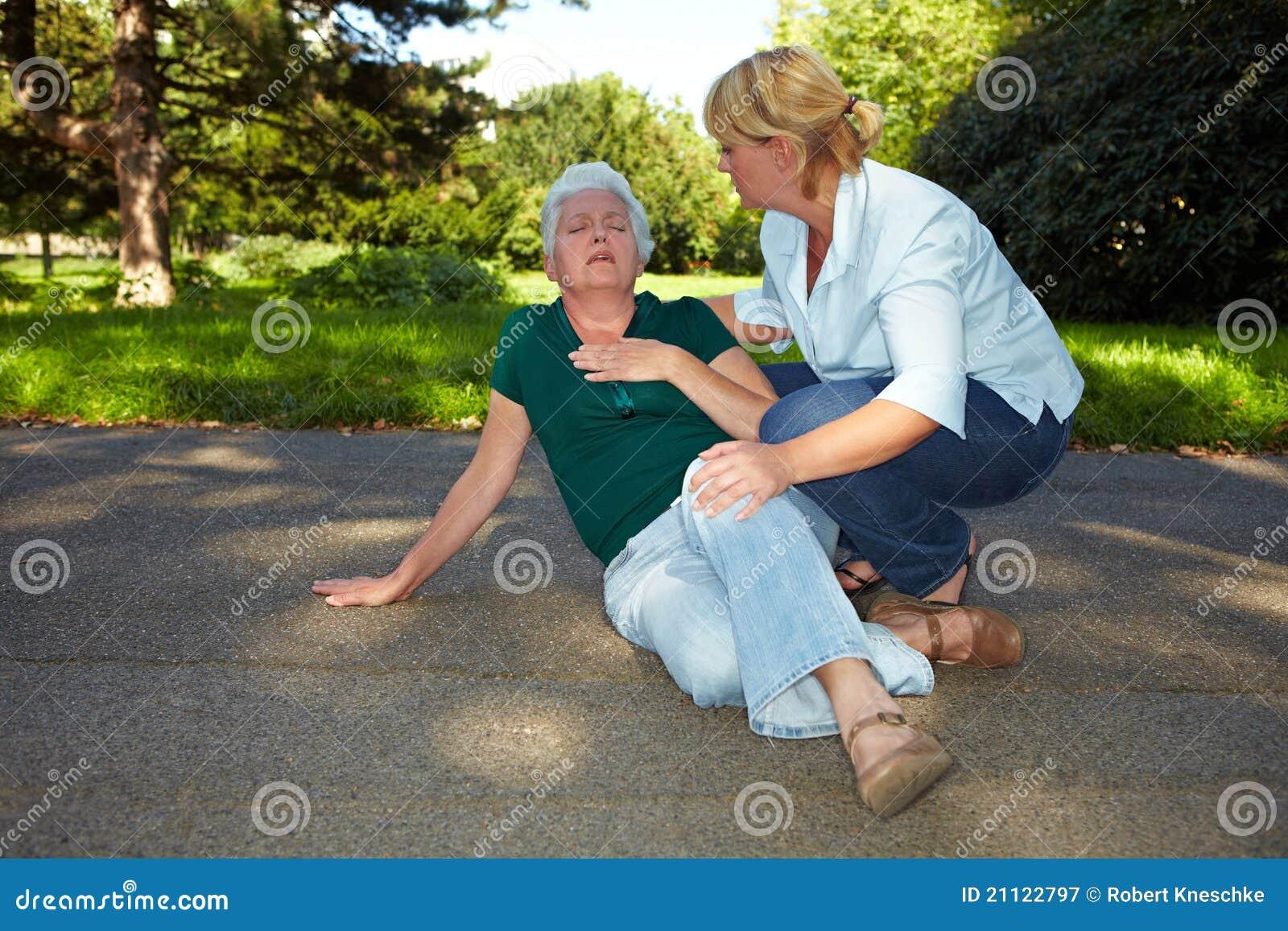Pomaga pierwszy starszej kobiety