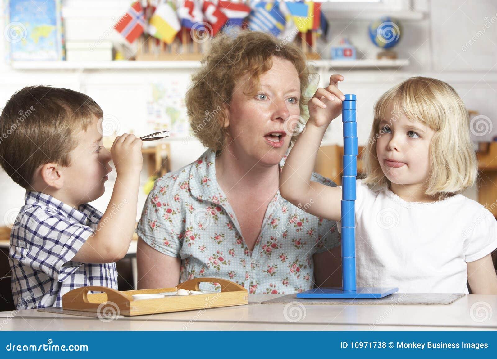 Pomagają montessori dorosli dzieci dorosły dwa potomstwa