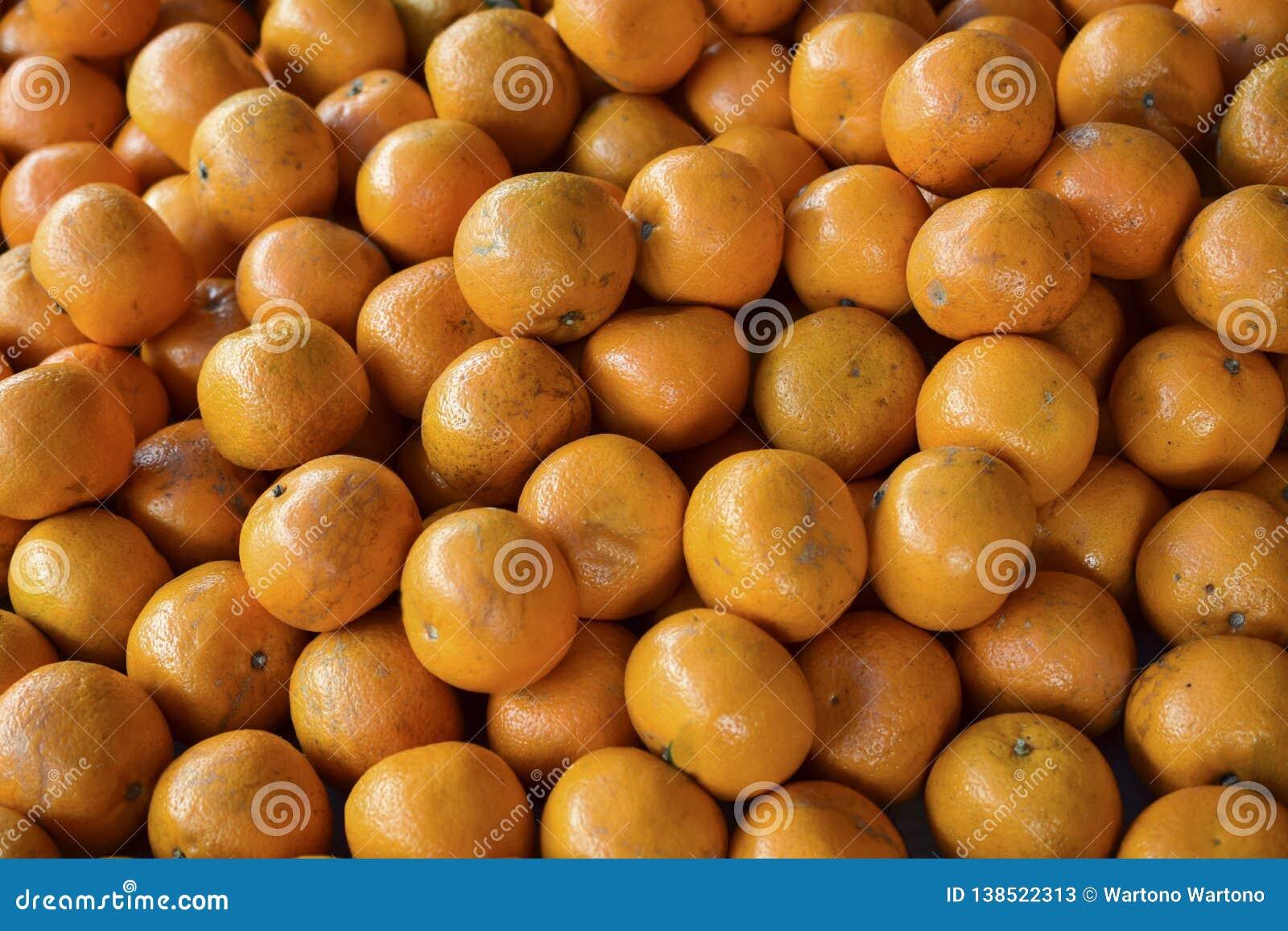 Pomarańcze świeży stos