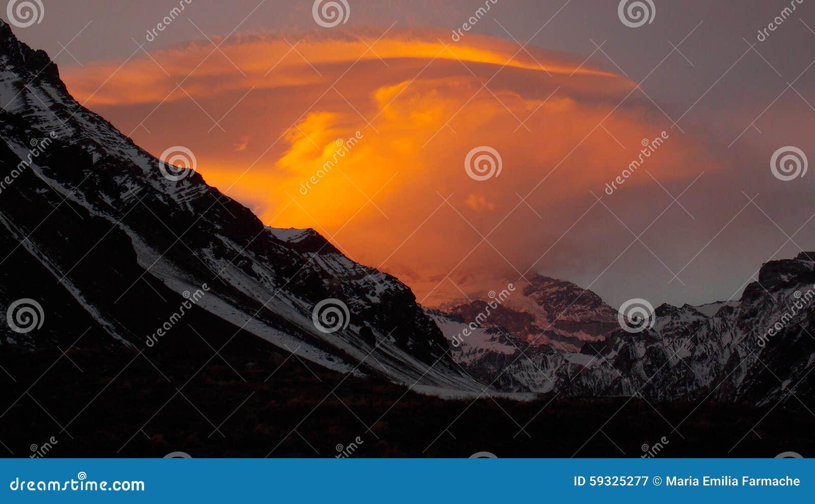 Pomarańcze chmura przed Aconcagua Mt