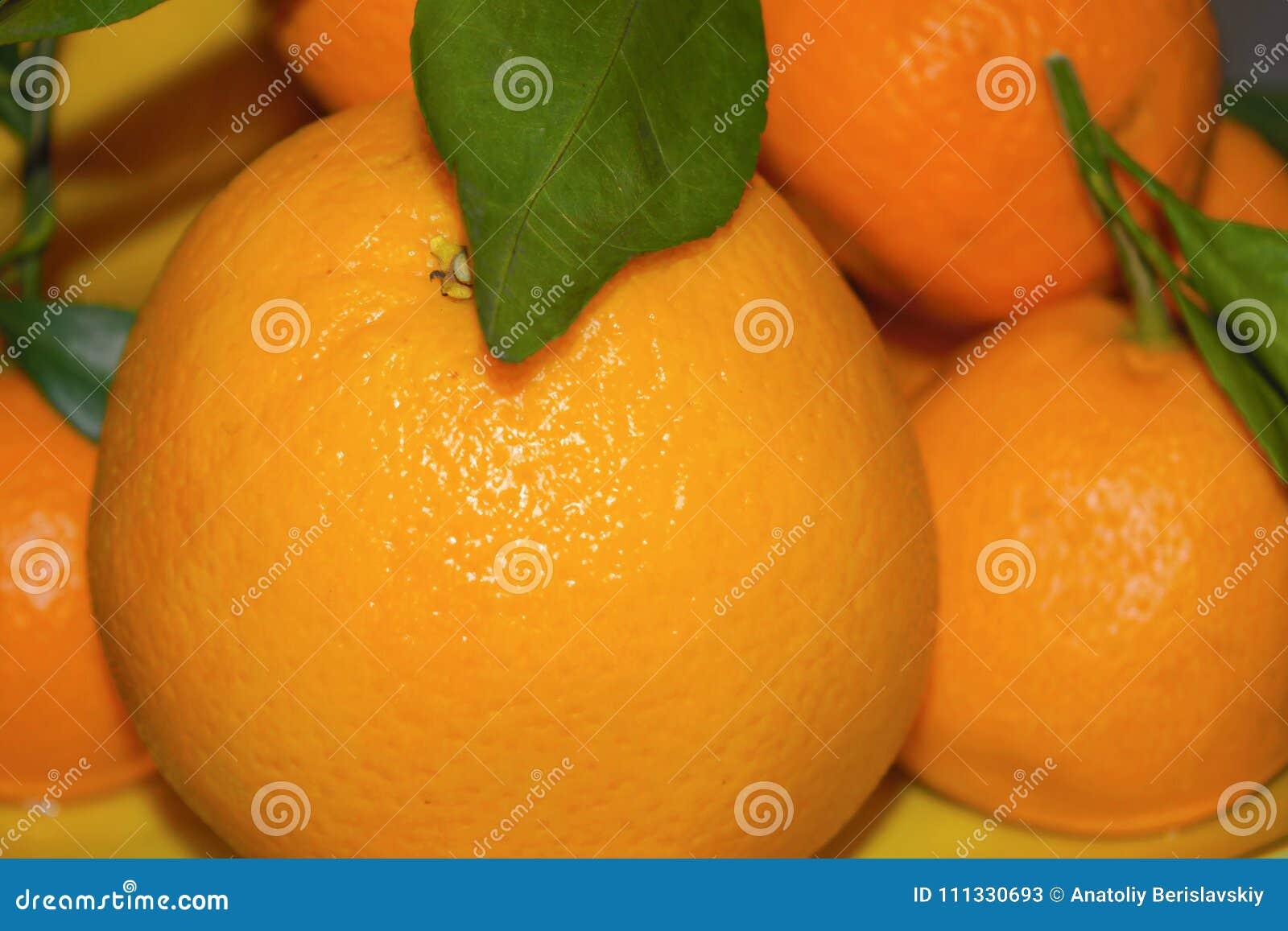 Pomarańcze i tangerines na półmiska zakończeniu