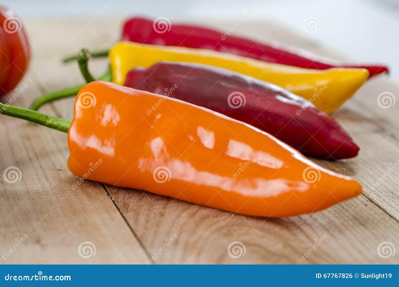 Pomarańcze, kolor żółty, czerwony dzwonkowy pieprz i costoluto genovese pomidor,