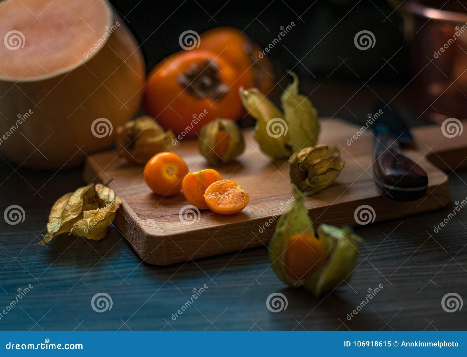 Pomarańczowa pęcherzyca z przylądkami wraz z kaki i kabaczkiem na wo