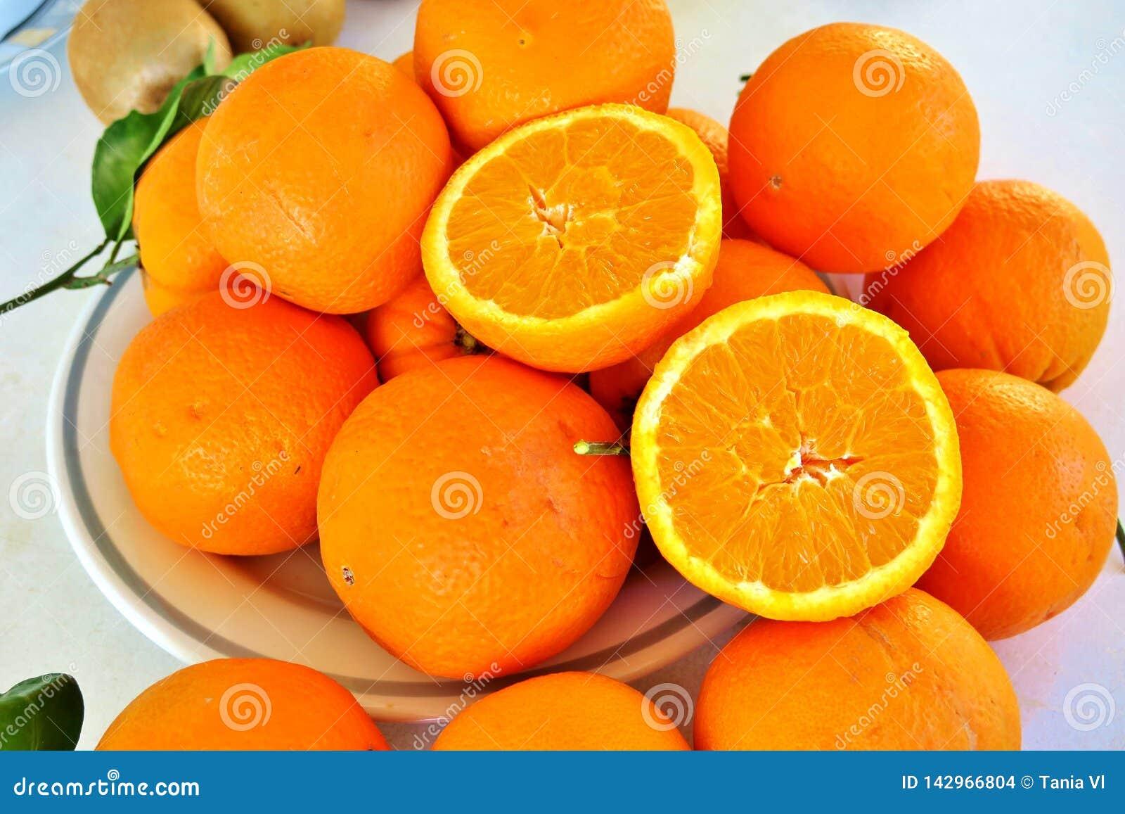 Pomarańczowe duże dojrzałe pomarańcze, zdrowotny witamina sok
