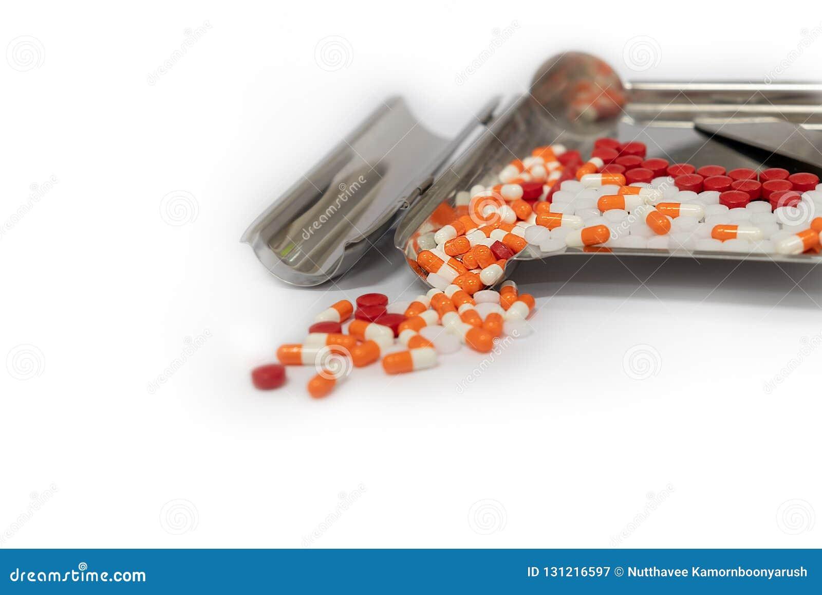 Pomarańczowe kapsuł pigułki i lek taca na białym tle z policjantem