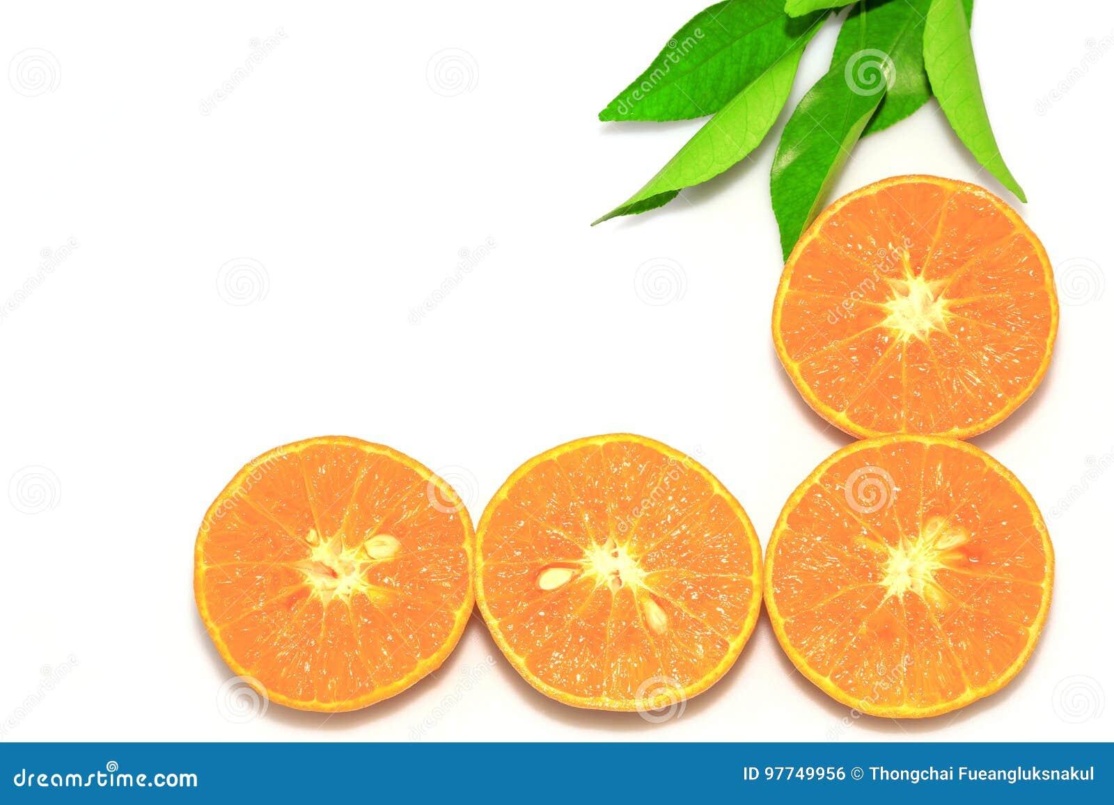 Pomarańczowe mandarynki lub tangerine owoc z zielonymi liśćmi, odizolowywają na białym tle