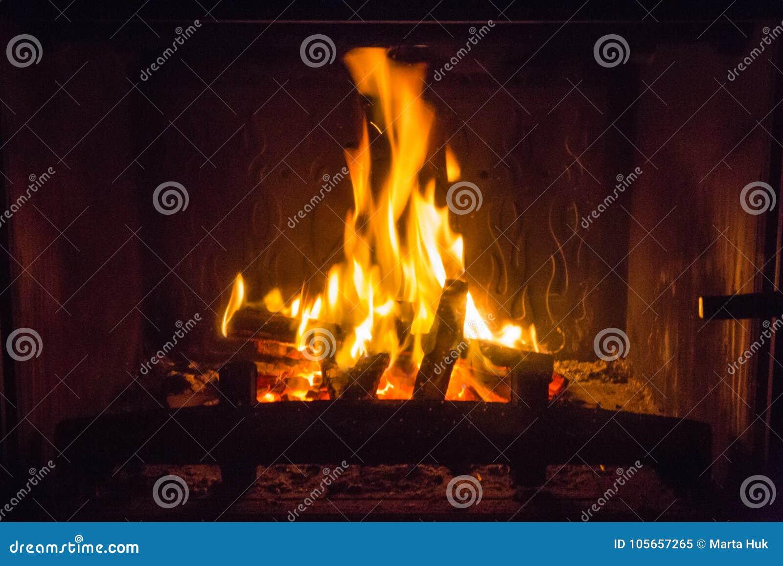 Pomarańczowi płomienie ogień w grabie
