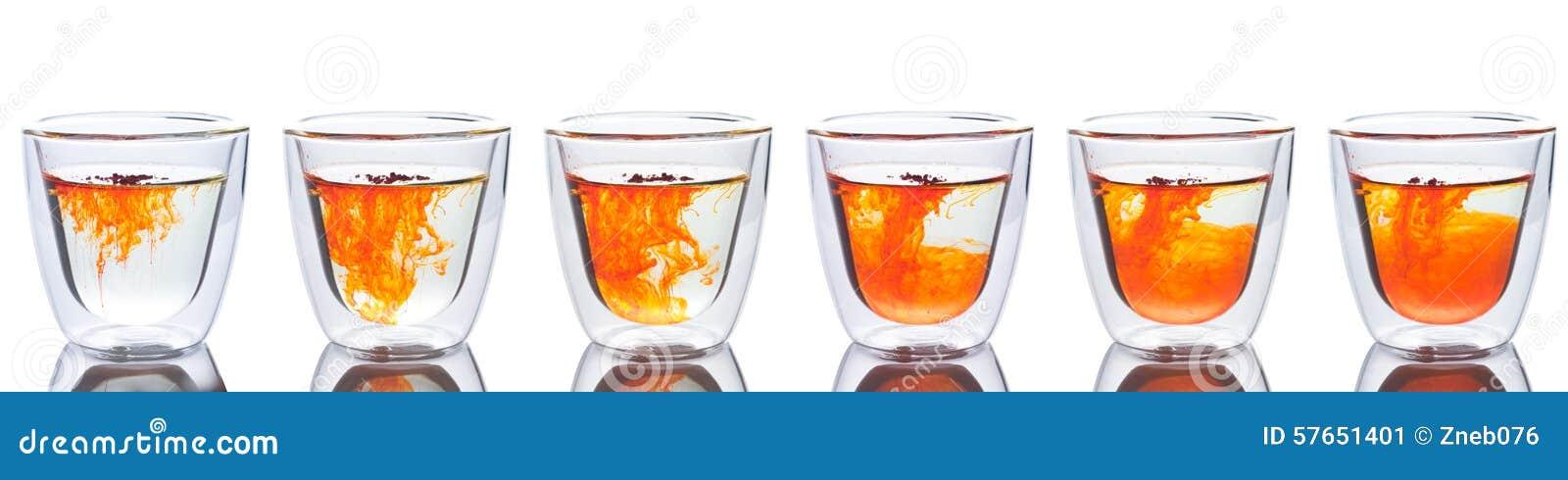 Pomarańczowy koloru rozszerzanie się w szkle woda