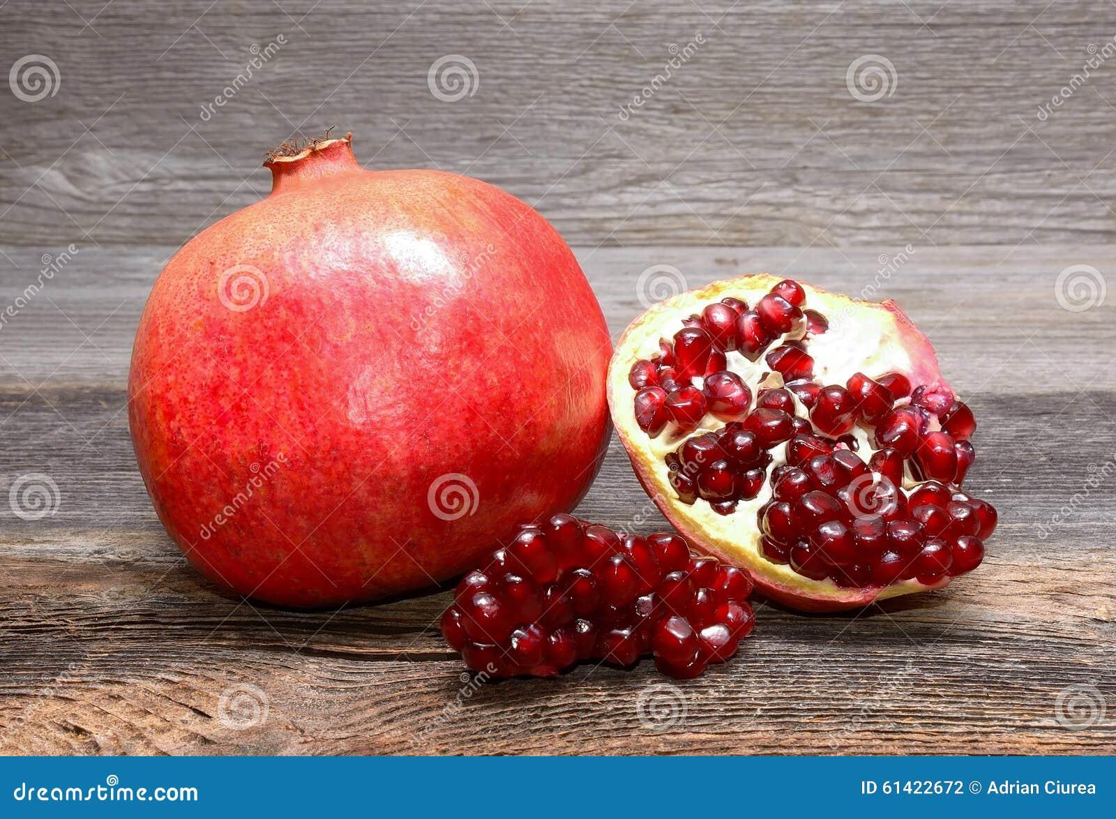 Pomegranates på trä